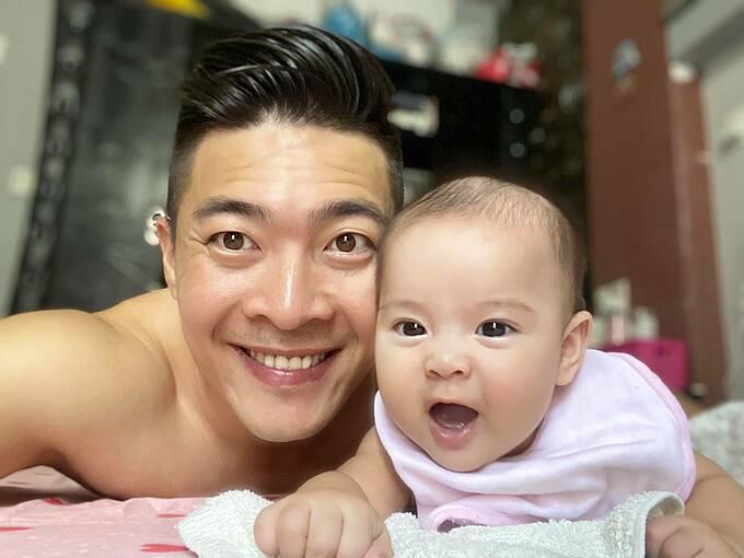 Con gái Quốc Cơ hào hứng khi chụp ảnh selfie cùng bố.