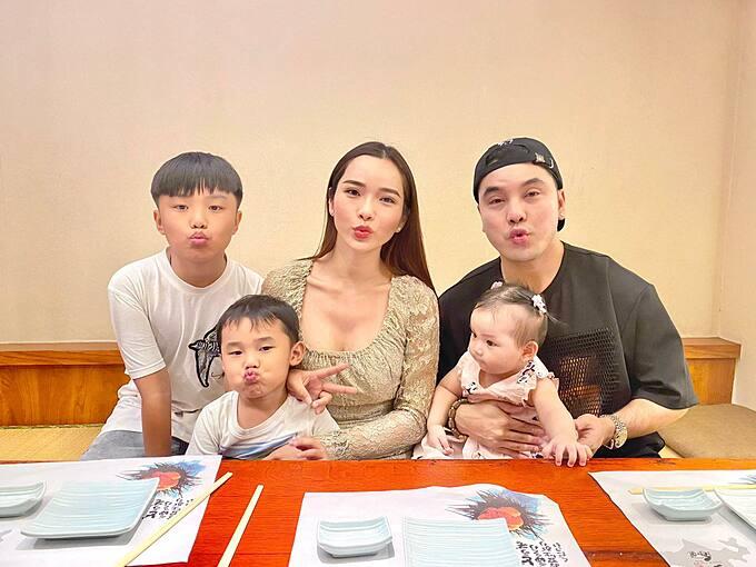 Vợ chồng Ưng Hoàng Phúc bên ba con.
