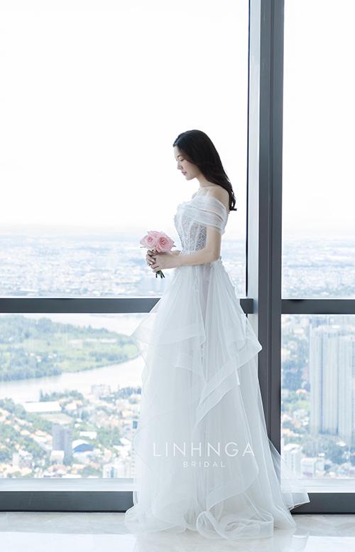 Các lớp vải của bộ váy được sắp xếp khéo léo thành nhiều tầng bậc ngẫu hứng, mang đến sự trẻ trung và tạo cảm giác thoải mái cho cô dâu khi di chuyển. Phần ngực áo cũng được điểm xuyết bởi hoa ren baby lấp lánh, bắt sáng.