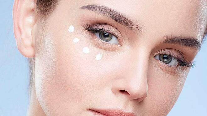 Bạn chỉ cần đầu tư một lọ kem dưỡng da mặt tốt, phù hợp thì không cần phải mua thêm kem mắt.
