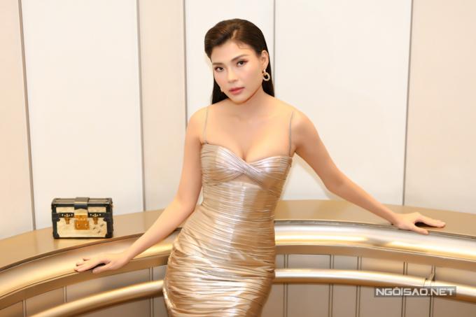 Thúy Diễm gây chú ý với trang phục váy dây bó sát. Cô rất hào hứng khi bộ phim truyền hình mình tâm đắc chuẩn bị ra mắt khán giả.