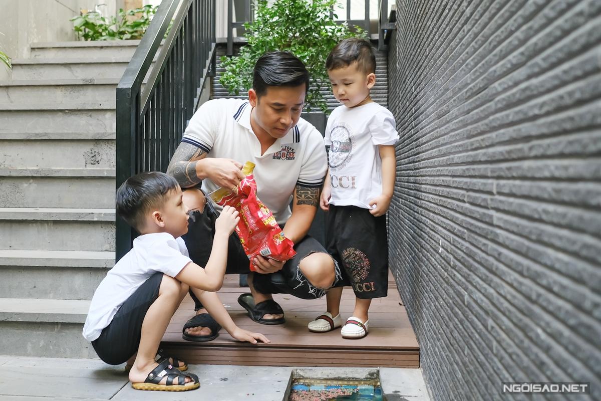 Trong lúc vợ nấu ăn, Lê Hoàng đảm nhận công việc chơi với hai con Chíp và Hy. Ngay lối ra vào nhà, nam ca sĩ thiết kế một hồ cá vừa tạo điểm nhấn vừa giúp con có cơ hội tìm hiểu về các loài cá.