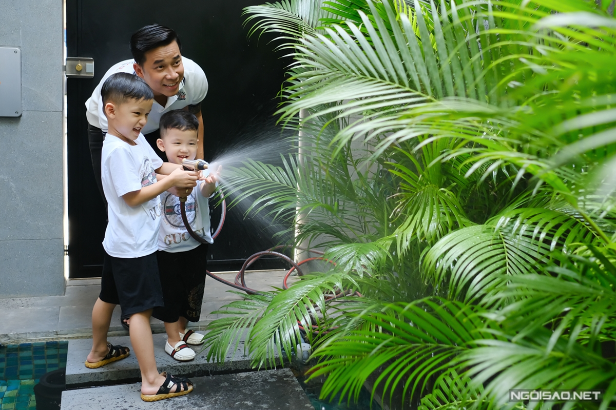 Hai nhóc tỳ yêu thích tưới cây cùng bố Hoàng. Ngoài vườn cây nhỏ trước nhà, Lê Hoàng dự định trồng thêm cây cối, vườn rau trên sân thượng trong tương lai.