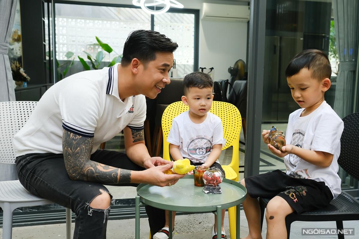 Vợ chồng Lê Hoàng đặt ra nguyên tắc hai con ngủ riêng giúp phát triển sự tự lập. Nếu hai bé ngoan ngoãn, học giỏi, họ sẽ thưởng bằng hình thức cuối tuần dẫn con đi ăn kem gần nhà.