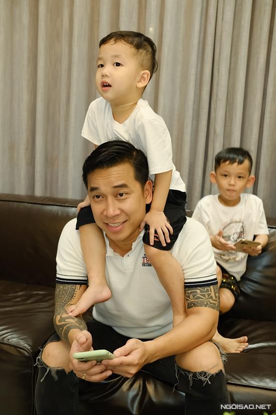 Sau giờ cơm, gia đình sinh hoạt ở phòng cách. Ngoài xem phim hoạt hình, Lê Hoàng còn dạy hai con học hát. Theo anh, Chíp bộc lộ năng khiếu và đam mê âm nhạc từ nhỏ.