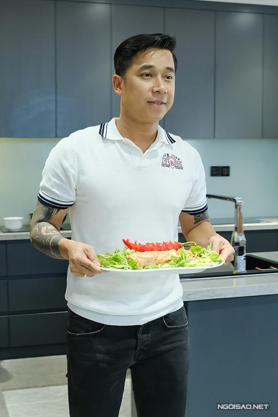 Đến giờ cơm, Lê Hoàng phụ vợ chuẩn bị bữa ăn. Lúc rảnh rỗi, anh còn vào bếp trổ tài nấu ăn đãi vợ. Đặc biệt là giai đoạn Việt Huê sinh con trai thứ hai ở Mỹ, chính Lê Hoàng một tay chăm sóc, nấu nướng.
