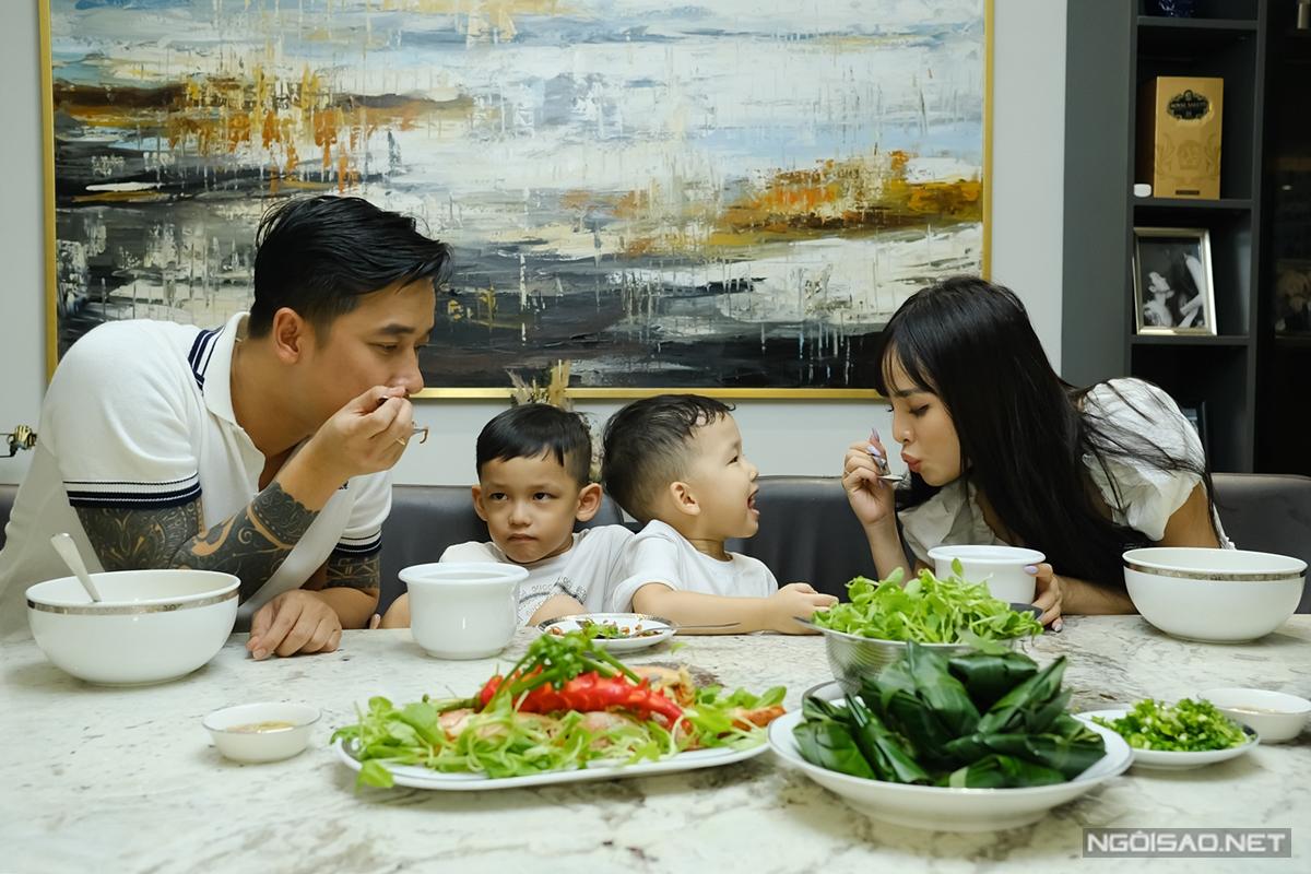 Khoảnh khắc sum vầy hạnh phúc của gia đình Lê Hoàng trong bữa tối.