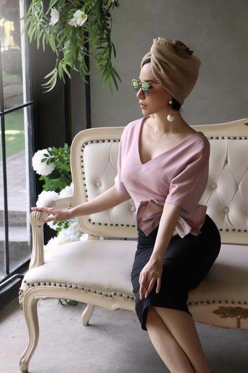 Bộ ảnh được thực hiện với sự hỗ trợ của nhiếp ảnh Lê Bảo, trang điểm Lê Khánh, người mẫu hoa hậu Châu Ngọc Bích.