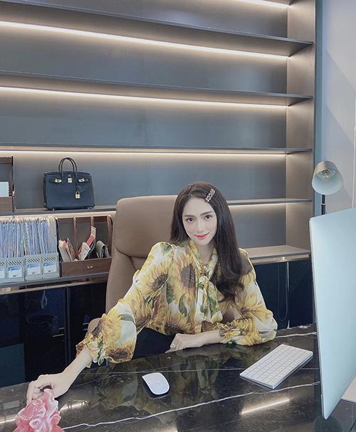Ngoài trang phục đi sự kiện, tham gia ghi hình cho các game show, các mẫu váy áo đơn giản cũng được Hương Giang chọn lựa để sử dụng.