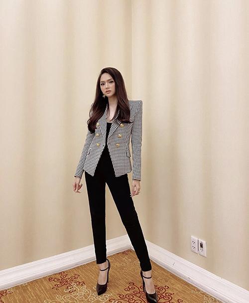 Các mẫu blazer vai thô, áo vest kẻ sọc ca rô hay áo jacket màu trung tính dễ mix linh hoạt với nhiều mẫu áo thung, quần jeans hay quần âu ống đứng.