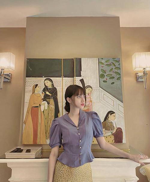 Áo tay bồng phong cách vintage được Hương Giang phối hợp ăn ý cùng chân váy hoa. Set đồ này có thể diện đến văn phòng, mặc dạo phố và xếp vào hành lý khi đi du lịch.