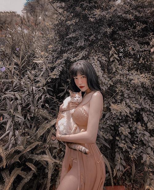 Elly Trần chuộng mặc đồ kiệm vải