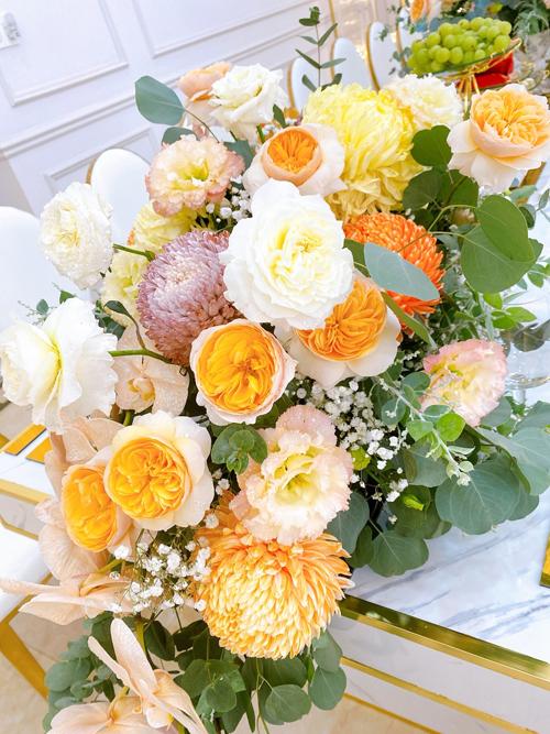 Bảng màu chủ đạo của buổi lễ là nâu, cam, vàng, trắng. Các loài hoa được chọn lựa là cúc mẫu đơn, lan hồ điệp, juliet, baby.