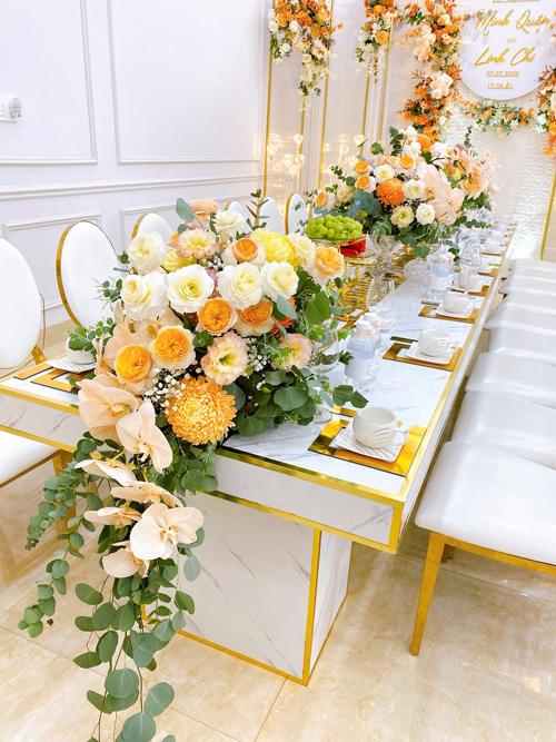 Chú rể chọn nội thất ánh kim, ghế tựa vua Louis XVI mang phong cách tân cổ điển Pháp với lưng ghế hình bầu dục.