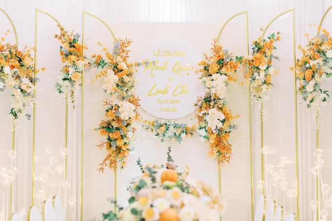 Để chọn lựa được những bông hoa cúc mẫu đơn theo bảng màu chủ đạo của buổi lễ, ekip đã đặt từ nhà cung cấp hoa Hà Lan.