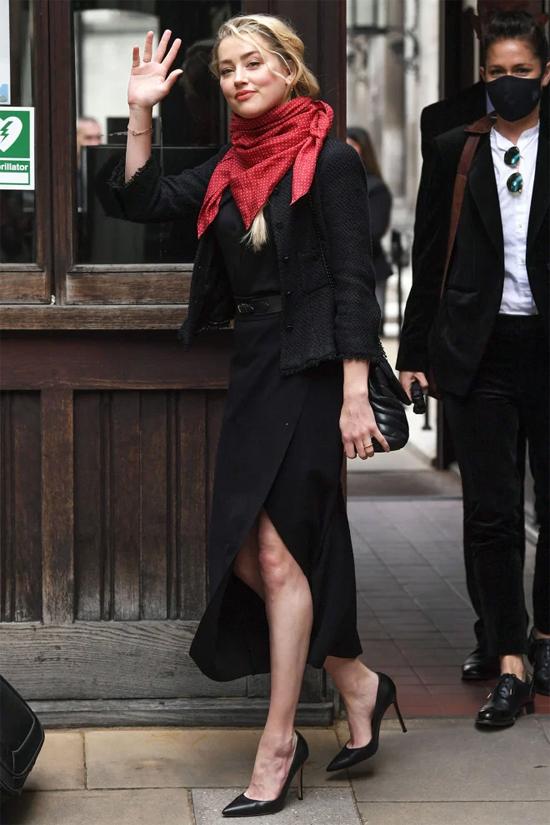 Amber Heard giữ tinh thần thoải mái khi đến tòa. Ảnh: Shutterstock.