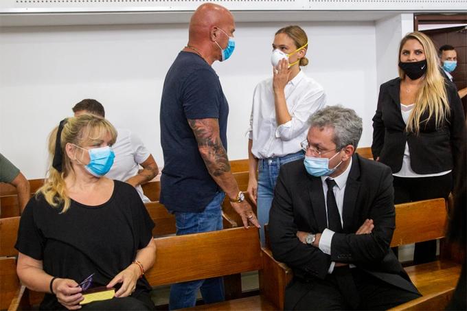 Siêu mẫu mặc áo sơ mi trắng, đeo khẩu trang tại tòa hôm 20/7.