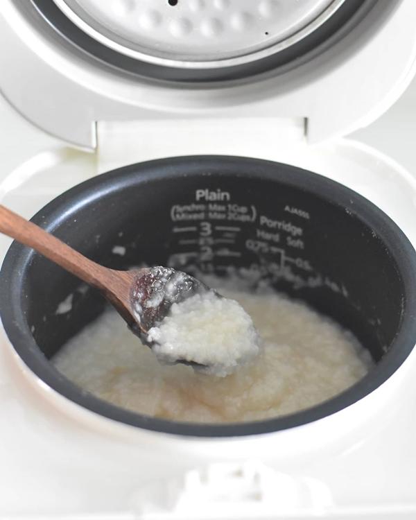 Bạn có thể dùng nồi cơm điện nấu cháo để tiết kiệm thời gian. Nhưng muốn cháo ngon, mềm mịn hơn thì sau khi hầm bằng nồi cơm điện, bạn chuyển sang nấu nồi thường.1/4 chén cơm100ml nước hầm xương heo + nước đủ để nấu cháo trong nồi như đánh dấu và sau đóMuối và hạt tiêu cho hương vị1 muỗng canh gừng nghiền mịnMột ít thịt lợn thái lát (ướp nhẹ với nước tương nhẹ, hạt tiêu, đường và bột ngô)Một số trứng thế kỷ thái hạt lựu