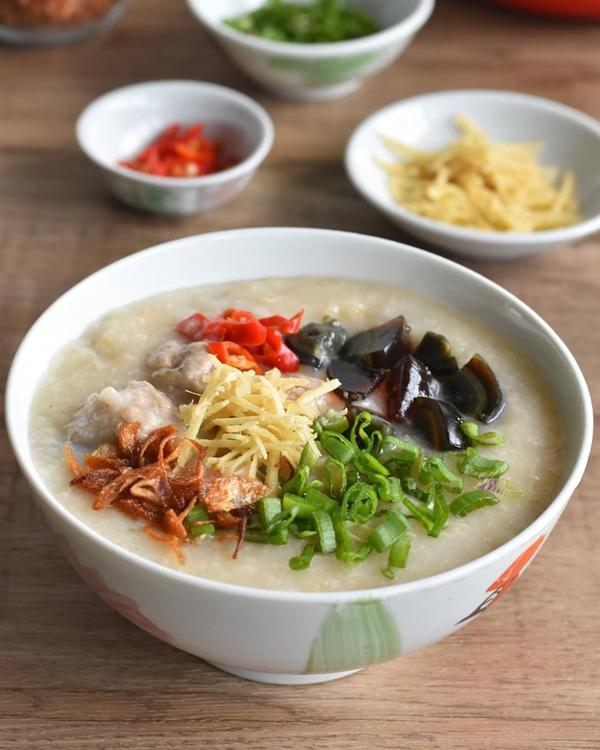 Cháo sườn, thịt viên, trứng bách thảo là một trong những món Gừng băm nhỏHẹ xàoHành tây thái hạt lựu