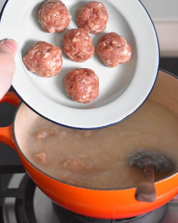 [Caption]Đối với thịt viên:80g thịt băm1 muỗng cà phê nước tương nhẹ1/4 muỗng cà phê1/4 muỗng cà phê bột hành1 muỗng dầu hẹ1 muỗng cà phê bột ngôMột nhúm hạt tiêu