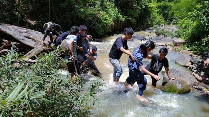Đoàn phim lội suối để quay phim.