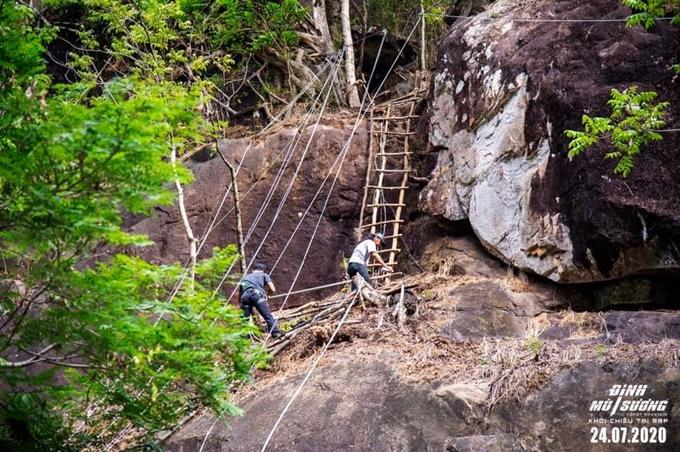 Đoàn phim chuẩn bị dây bảo hiểm cho cảnh leo thang cây.