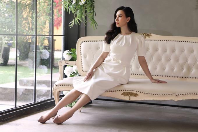 Đầm trắng liền thân được trang trí tay bồng và thắt eo giúp người mặc tôn nét trang nhã khi tham gia các buổi tiệc, sự kiện mùa hè.