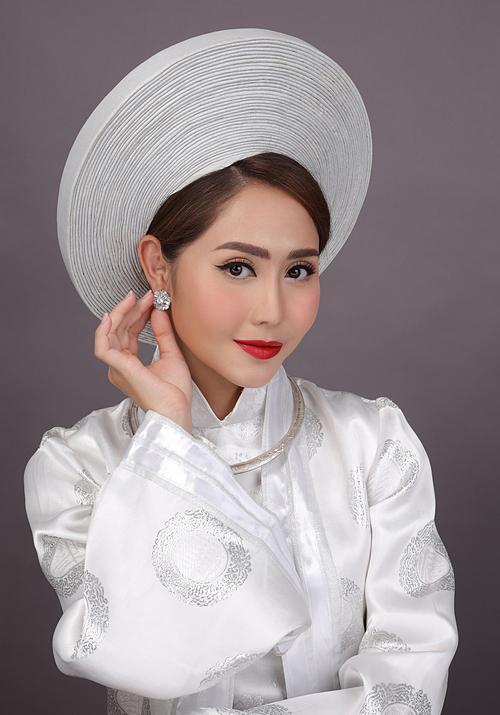 Từ năm 2010, phong cách trang điểm và thời trang truyền thống, đề cao vẻ đẹp Á đông lên ngôi. Vẻ đẹp tự nhiên của mỗi nàng dâu chính là điều được mỗi chuyên gia trang điểm nâng niu và tìm cách để thu hút mọi sự chú ý tới nó.