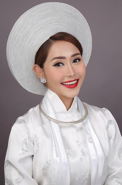 Thay vì cố gắng sử dụng mỹ phẩm, các kỹ thuật vẽ và tạo khối để khiến những đường nét trên khuôn mặt cô dâu theo hình mẫu nào đó, chuyên gia trang điểm sẽ giúp cô dâu đẹp hơn nhưng vẫn là chính mình.