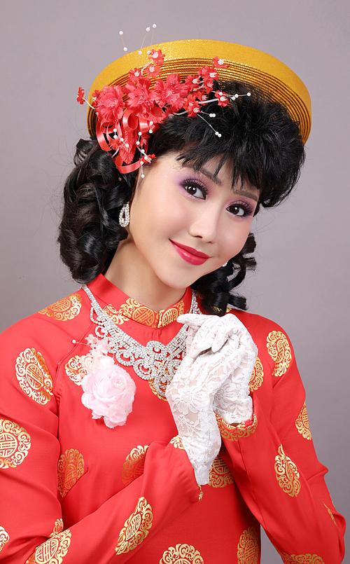 Kiểu tóc của cô dâu thời này cũng được bới cầu kỳ hoặc uốn xoăn cả mái, kết hợp với phụ kiện hoa to bản.