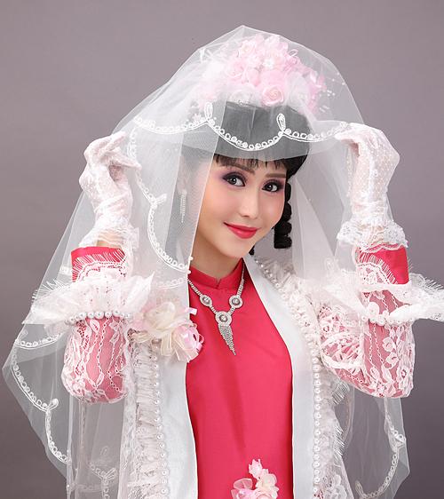 Cô dâu học hỏi các trào lưu của thời trang phương Tây nên thích đi găng tay ren, cài khăn voan hoặc mặc thêm áo khoác voan/ren điệu đà cùng áo dài truyền thống.