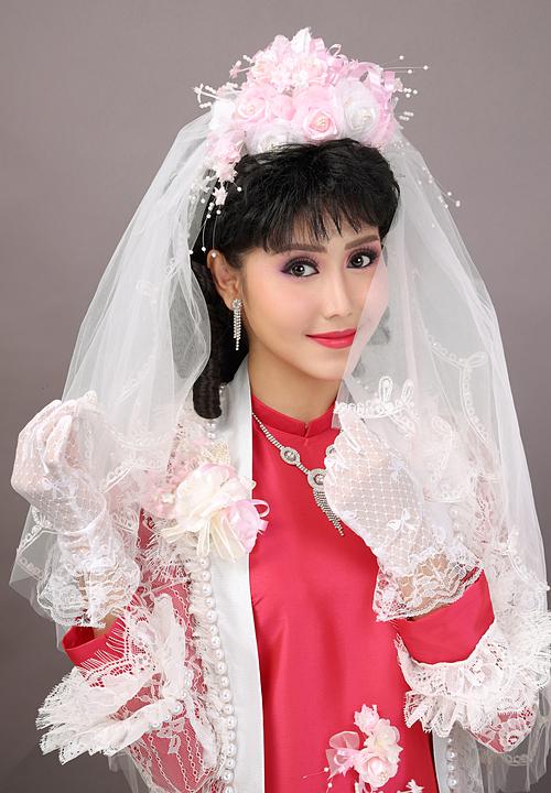 Càng nổi bật, càng cầu kỳ càng đẹp dường như là quan niệm chung của các cô dâu trong thập niên 90. Vì thế, không khó để bắt gặp hình ảnh của các cô dâu mặt hoa da phấn, son môi đỏ rực rỡ và đôi má ửng hồng.