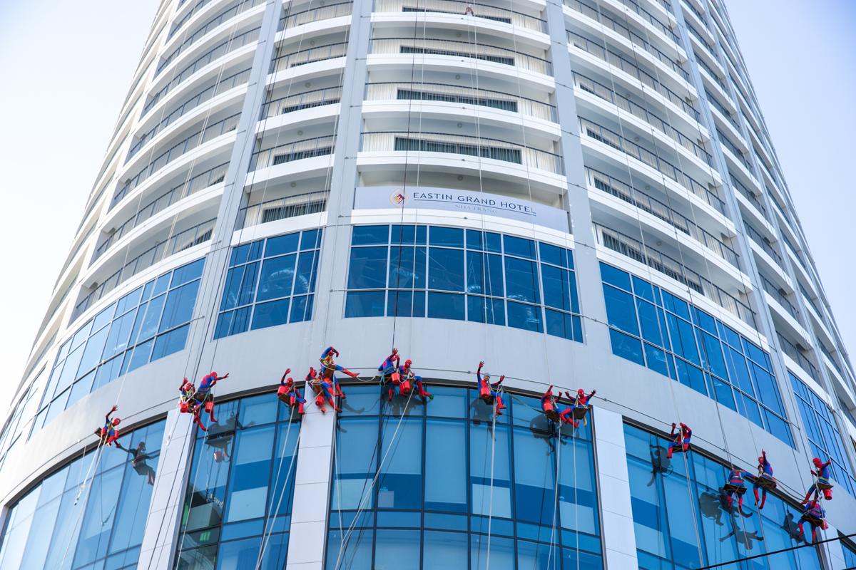 Hàng chục người nhện đu dây, lau kính của khách sạn.