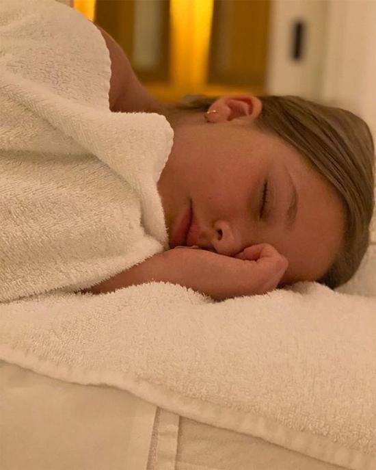 Hôm giữa tuần, Vic đăng ảnh đi massage cùng cô nhóc Harper.
