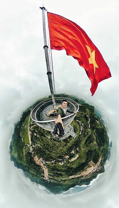 Vinh đã đến được cột cờ Lũng Cú, dấu ấn thiêng liêng của nơi địa đầu tổ quốc, ca sĩ Quang Vinh hào hứng chia sẻ.