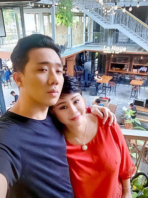 Trấn Thành đăng ảnh thân thiết bên nghệ sĩ Lê Giang khi đi quay sớm.