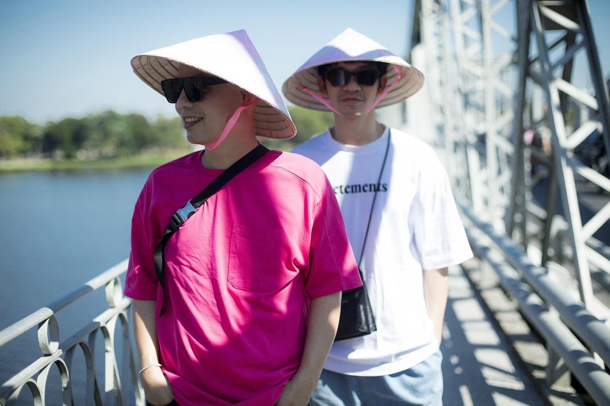 Các nghệ sĩ chụp ảnh giữa lòng cầu Trường Tiền - công trình biểu tượng nối liền bờ Bắc với bờ Nam sông Hương. Cầu hoàn thành năm 1899 dưới thời vua Thành Thái, dài khoảng hơn 400 m tính từ hai mố, lòng cầu rộng 6 m.