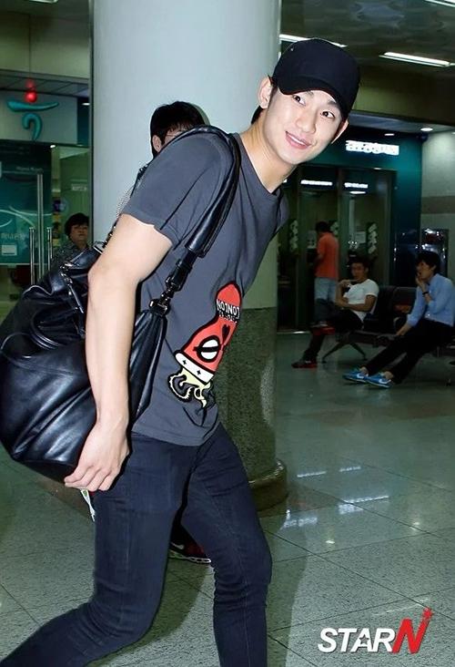 Thời trang sân bay giúp Kim Soo Hyun khoe dáng nam thần - 8