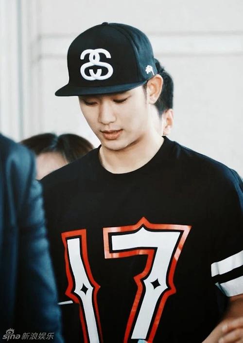 Thời trang sân bay giúp Kim Soo Hyun khoe dáng nam thần - 6