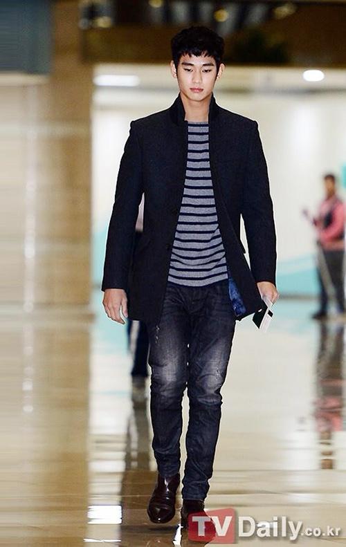 Thời trang sân bay giúp Kim Soo Hyun khoe dáng nam thần - 10