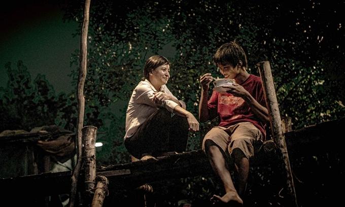 Diễn viên Cát Phượng trong một cảnh quay phim Ròm cùng nam chính Trần Anh Khoa.