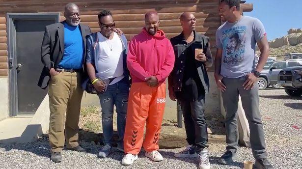 Kanye West đang tin tưởng vào những người bạn da đen của mình và nghi ngờ mọi hành động của vợ.