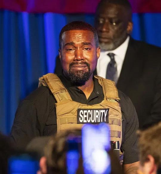 Tại buổi vận động tranh cử đầu tiên diễn ra tại Nam Carolina ngày 19/7, Kanye West mặc áo chống đạn, cạo tóc phía sau số 2020. Rapper vừa trở thành tỷ phú vào tháng 3 năm nay không bàn về chính trị và các vấn đề kinh tế mà thảo luận về nạn phá thai và tình trạng phân biệt chủng tộc. Kanye khóc nức nở kể rằng anh suýt giết chết con gái khi muốn Kim phá thai vào năm 2012. Anh cũng nghẹn ngào kể lại chuyện bố anh từng muốn mẹ bỏ đứa con trong bụng: Mẹ tôi đã cứu cuộc đời tôi. Cha tôi đã muốn phá thai và mẹ tôi đã cứu tôi. Thế giới có thể đã không có Kanye West vì cha tôi quá bận rộn.