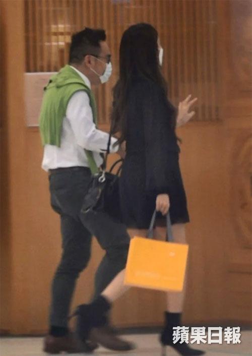 Mang thai đã gần 7 tháng nhưng bà xã Trịnh Gia Dĩnh vẫn đi giày cao gót. Truyền thông đưa tin Covid-19 vẫn diễn biến rất phức tạp ở Hong Kong, nhưng Trần Khải Lâm không vì thế màn ngại ra đường.