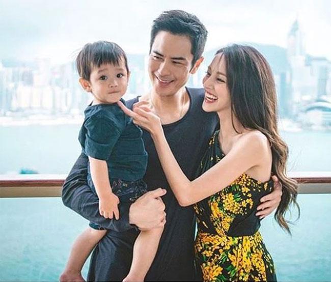 Trần Khải Lâm đăng quang Hoa hậu Hong Kong 2013, sau đó kết hôn với tài tử Trịnh Gia Dĩnh. Cô kém anh 22 tuổi. Cặp sao tổ chức đám cưới tại Bali năm 2018. Chênh lệch tuổi tác nhưng cặp vợ chồng rất tâm đầu ý hợp.