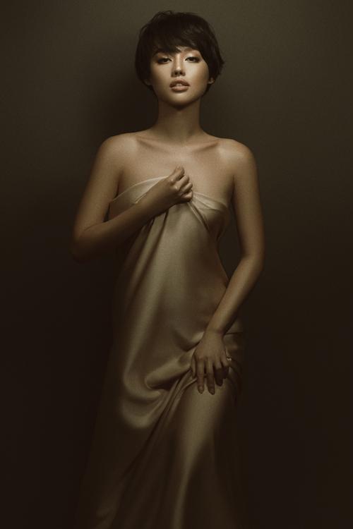 Cùng với các tín đồ thời trang nổi tiếng của showbiz Việt như Châu Bùi, Salim, Quỳnh Anh Shyn... Khánh Linh là một trong những người truyền cảm hứng về cách mặc đẹp và là gương mặt được nhiều nhãn hàng yêu thích.