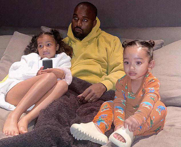 Sau vài tháng trục trặc và sống ly thân, mối quan hệ của vợ chồng Kim dần ấm trở lại vào tháng 5. Kanye chấp nhận đưa bốn người con về điền trang ở Wyoming cả tuần để vợ có thời gian nghỉ ngơi.