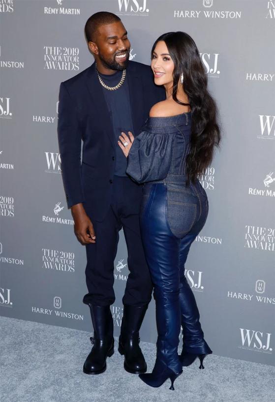 Ngày 30/6, Kanye West lên Twitter chúc mừng thành tựu của vợ: Tôi rất tự hào về người vợ xinh đẹp Kim Kardashian West đã chính thức trở thành một tỷ phú. Em đã vượt qua những cơn bão điên rồ nhất và giờ đây Chúa đang chiếu sáng cho em cùng gia đình chúng ta... Cả nhà yêu em rất nhiều.