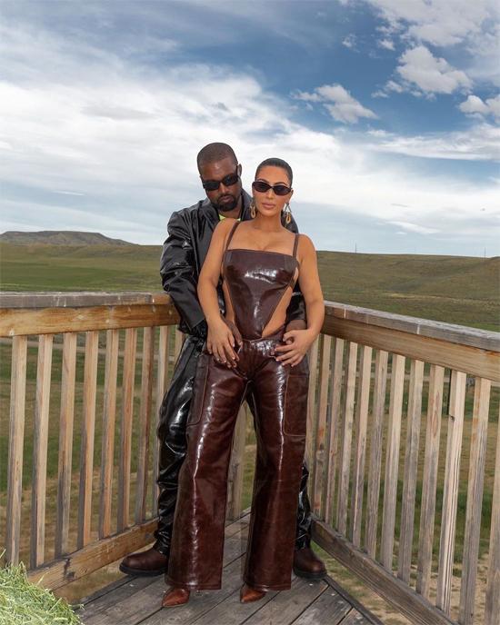 Vợ chồng Kim chụp ảnh tình tứ bên nhau tại trang trại thơ mộng của cặp sao. Họ mua cơ ngơi này vào cuối năm ngoái để thi thoảng đến nghỉ dưỡng và sẽ định cư trong tương lai.
