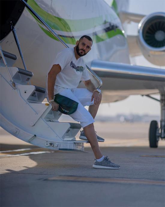 Tiền đạo Karim Benzema đăng ảnh ngồi ở chân cầu thang máy bay, sẵn sàng đi nghỉ mát sau mùa giải thành công với đội bóng hoàng gia.